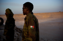 Un soldat du Polisario en faction sur la route menant de Guerguerat à la frontière mauritanienne arborant le macaron de la 'RASD' le 18 octobre 2016. JOHAN PERSSON/ KONTINENT